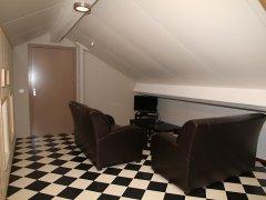 Leefruimte boven met extra televisie.