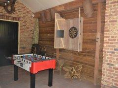 De voetbaltafel en het dartboard.